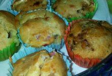 Muffins salati ripieni di olive piccanti e pomodorini secchi sott'olio home-made