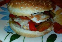 Panino imbottito con petto di pollo grigliato, pomodoro in scatola condito, crema al peperoncino piccante e verdure piccanti home-made