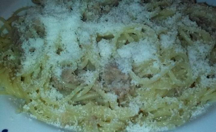 Spaghetti conditi al sugo in bianco di tonno (in scatola) home-made