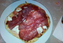 Piadina a mo' di pizza farcita home-made