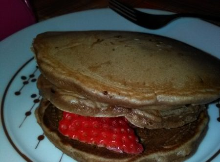 Pancakes (con Nutella nell'impasto) farciti di cioccolato al latte e fragole fresche home-made