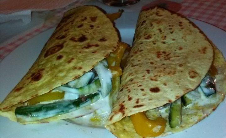 Tacos ripieni di peperoni gialli e zucchine speziati, carne macinata e yogurt bianco condito home-made