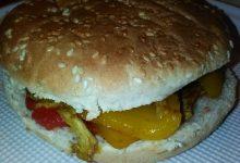 Panino imbottito con verdure all'orientale (peperoni rossi e peperoni gialli), coscia di pollo (cotta in forno) e pomodoro (in scatola) condito home-made