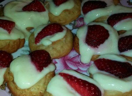 Bigné di zeppole con crema pasticcera (e panna liquida fresca) e fragole fresche home-made