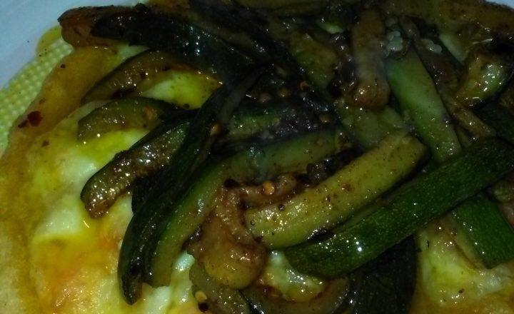 Piadina di mais home-made farcita con mozzarella fresca e zucchine speziate