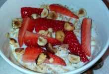 Porridge all'avena, latte, nocciole e fragole fresche home-made