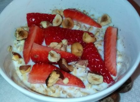 Porridge all'avena, latte, nocciole e fragole fresche home-made