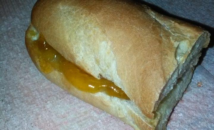 Pane biscottato con burro e confettura di albicocche home-made