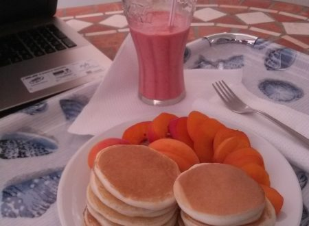 "Pancakes ""light"" con frutta fresca e Smoothie (senza ghiaccio) alle fragole home-made"