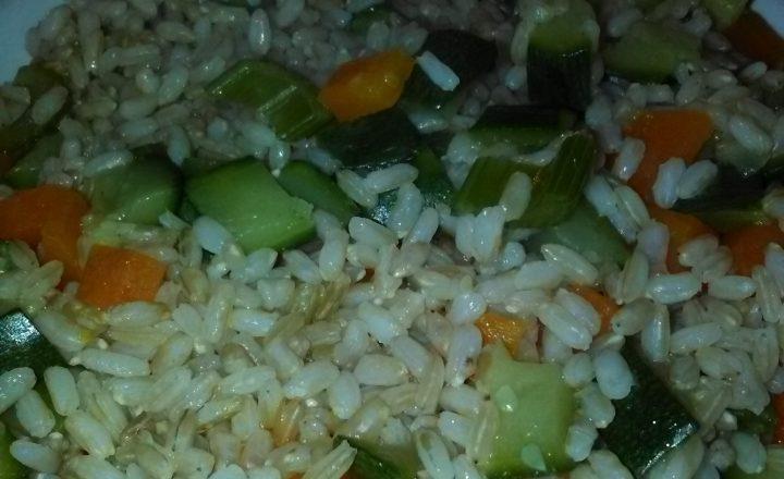 Insalatona di riso (integrale) con zucchine, carote e sedano al vapore home-made
