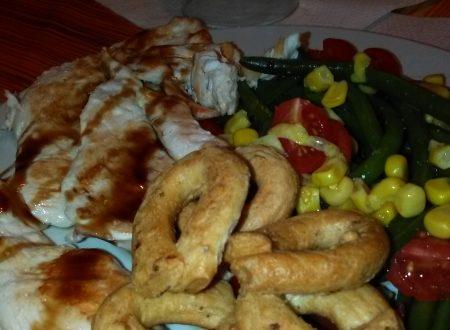 Petto di pollo grigliato con taralli (alla pizza) ed insalata di fagiolini, mais e pomodorini home-made