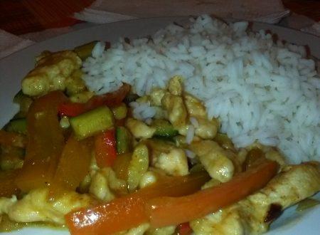 Pollo al curry con riso bollito, zucchine e peperoni rossi home-made