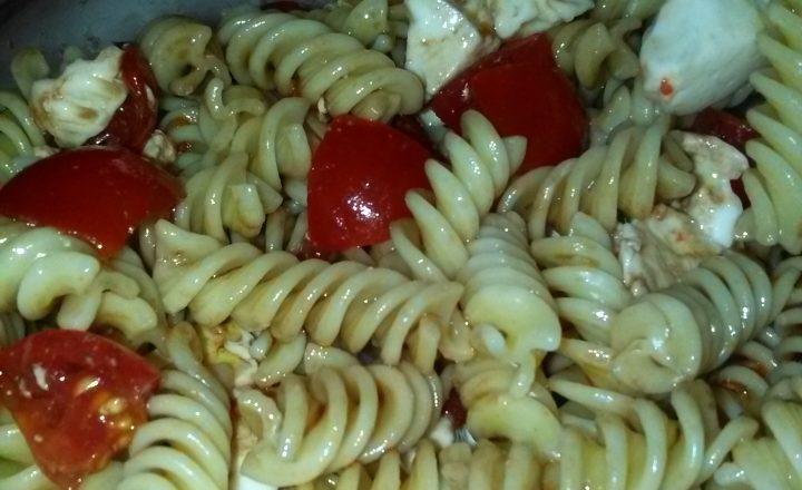 Insalata di pasta fredda (fusilli, pomodorini, mozzarella, olio evo ed aceto balsamico) home- made