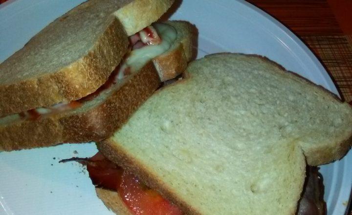 Toast ripieno di provolone dolce, wurstel al forno con ketchup&maionese e Toast farcito con provolone dolce, crema al peperoncino piccante, speck tostato al forno e pomodoro a fette home-made