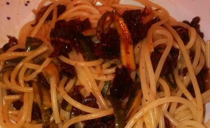 Spaghetti con zucchine e pomodori secchi home-made