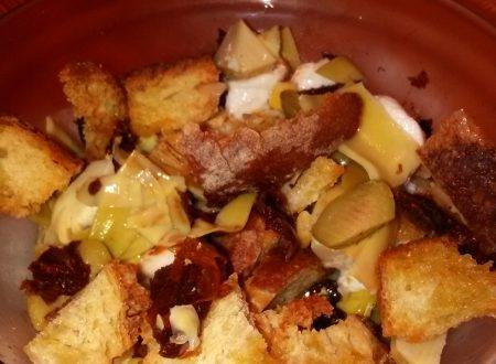 Insalatona di mozzarella, carciofi sott'olio, pomodori secchi, olive verdi, mais e pane tostato home-made