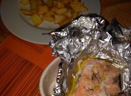 Filetto di salmone fresco al cartoccio e patate cotte in padella home-made