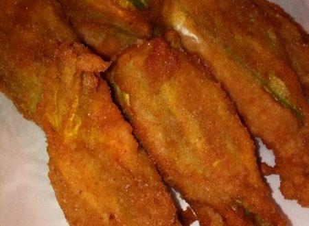 Fiori di zucca ripieni fritti home-made
