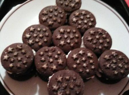 """Torta di biscotti (a forma di albero di Natale) """"Pan di Stelle"""" farcita con Nutella e panna montata home-made"""