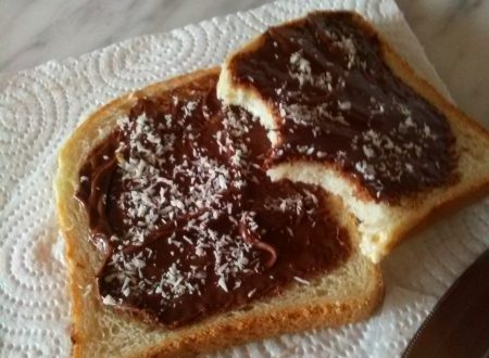 Pane in cassetta farcito di Nutella e decorato con cocco grattugiato home-made