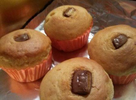 """Muffins dolci alla ricotta fresca con cuore di cioccolato """"Kinder"""" (o/e Nutella) home-made"""