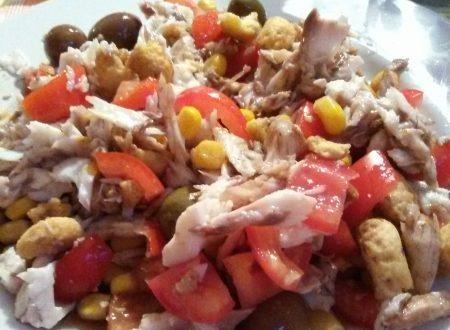 Insalata fredda home-made con pesce (orata) al cartoccio, olive baresi, mais (cotto a vapore), pomodori e taralli spezzettati
