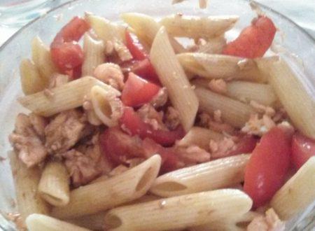Insalata home-made di pasta fredda, pomodori e salmone al cartoccio aromatizzato al Curry
