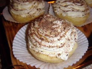tartellette di frolla con ripieno di panna chantilly profumata al rum con spolverata di cioccolato e nocciole