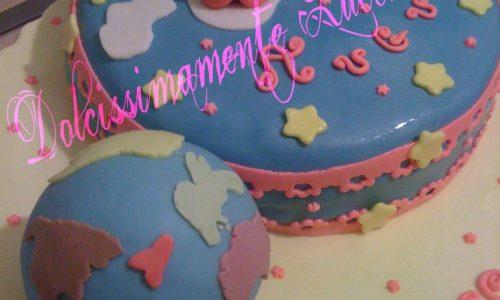 Torta di compleanno mappamondo, bambina sdraiata e orsetto  in pdz