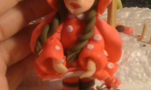 Piccola Cappuccetto Rosso in pdz con cestino e mele