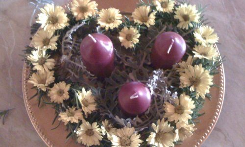 Centrotavola Natalizio fai da te con rosmarino fiori e candele economico e profumato