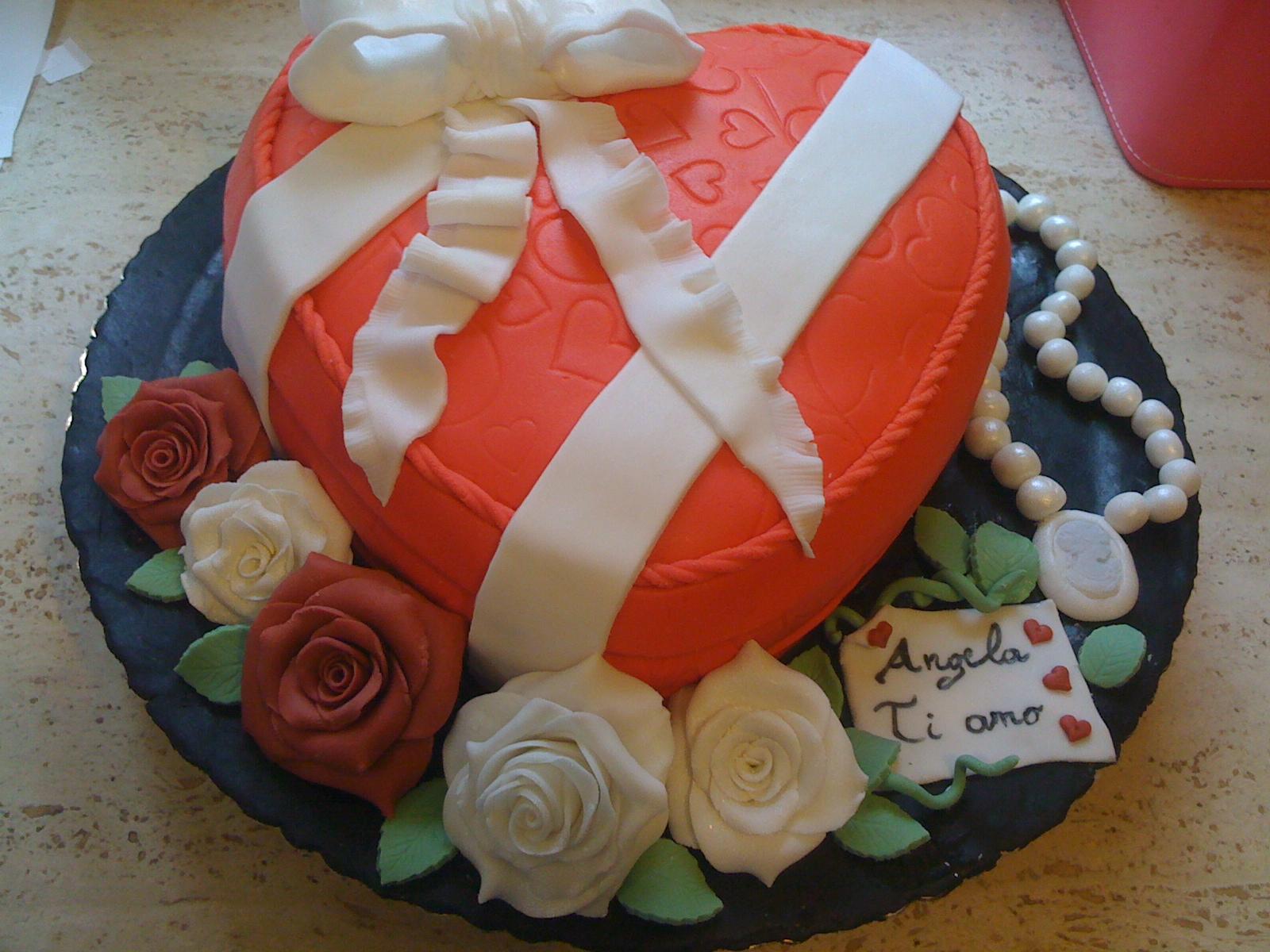 Torta pdz scatola cuore e rose tutto in pasta di zucchero for Pasta di zucchero decorazioni