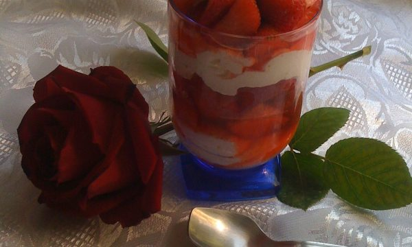 Fragole in coppa con crema chantilly ricetta