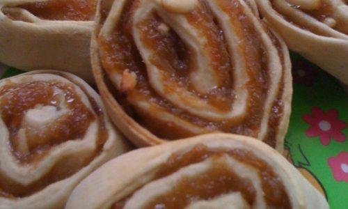 Girelle con pasta madre di esubero con marmellata e pinoli ricetta