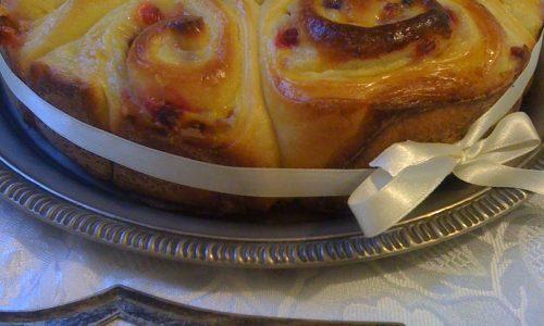 Torta di Rose dolce ricetta con crema pasticcera e frutti di bosco