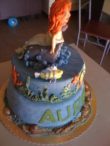 Torta sirenetta Ariel in pasta di zucchero sia la copertura che i soggetti