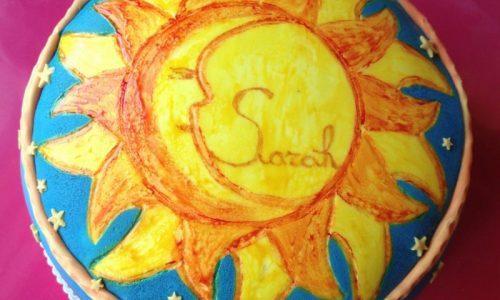 Torta in pasta di zucchero Sole e Luna dipinta a mano