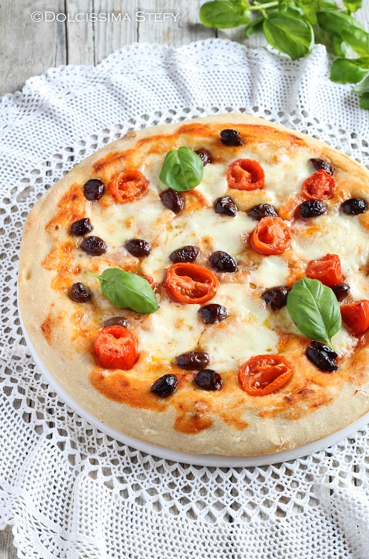 Pizza con Olive Taggiasche, Pomodorini e Mozzarella di Dolcissima Stefy