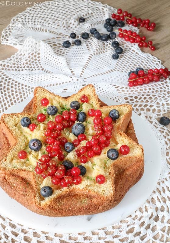 Stella di Pandoro con crema e frutti di bosco