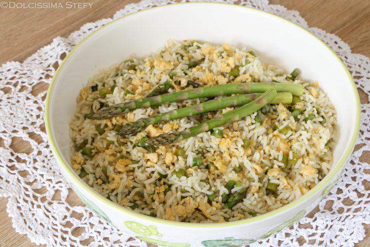 Insalata con riso, asparagi e uova