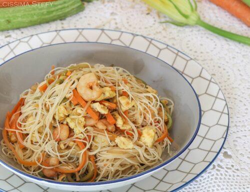 Spaghetti con uova, verdure e gamberi