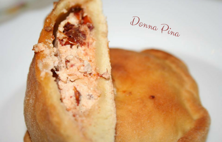 Pizze rustiche al vino con ricotta e pomodori secchi