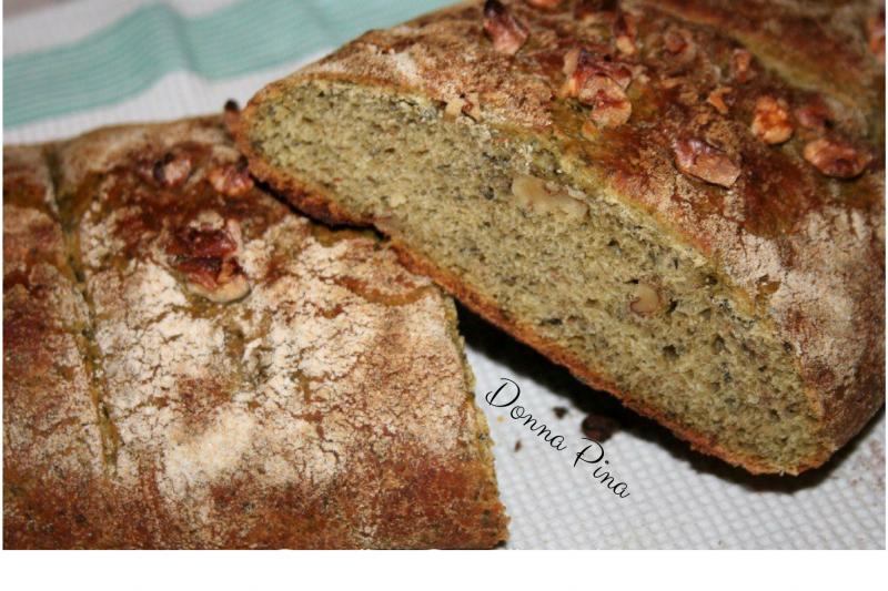 Filone di pane con verdure frutta secca e spezie