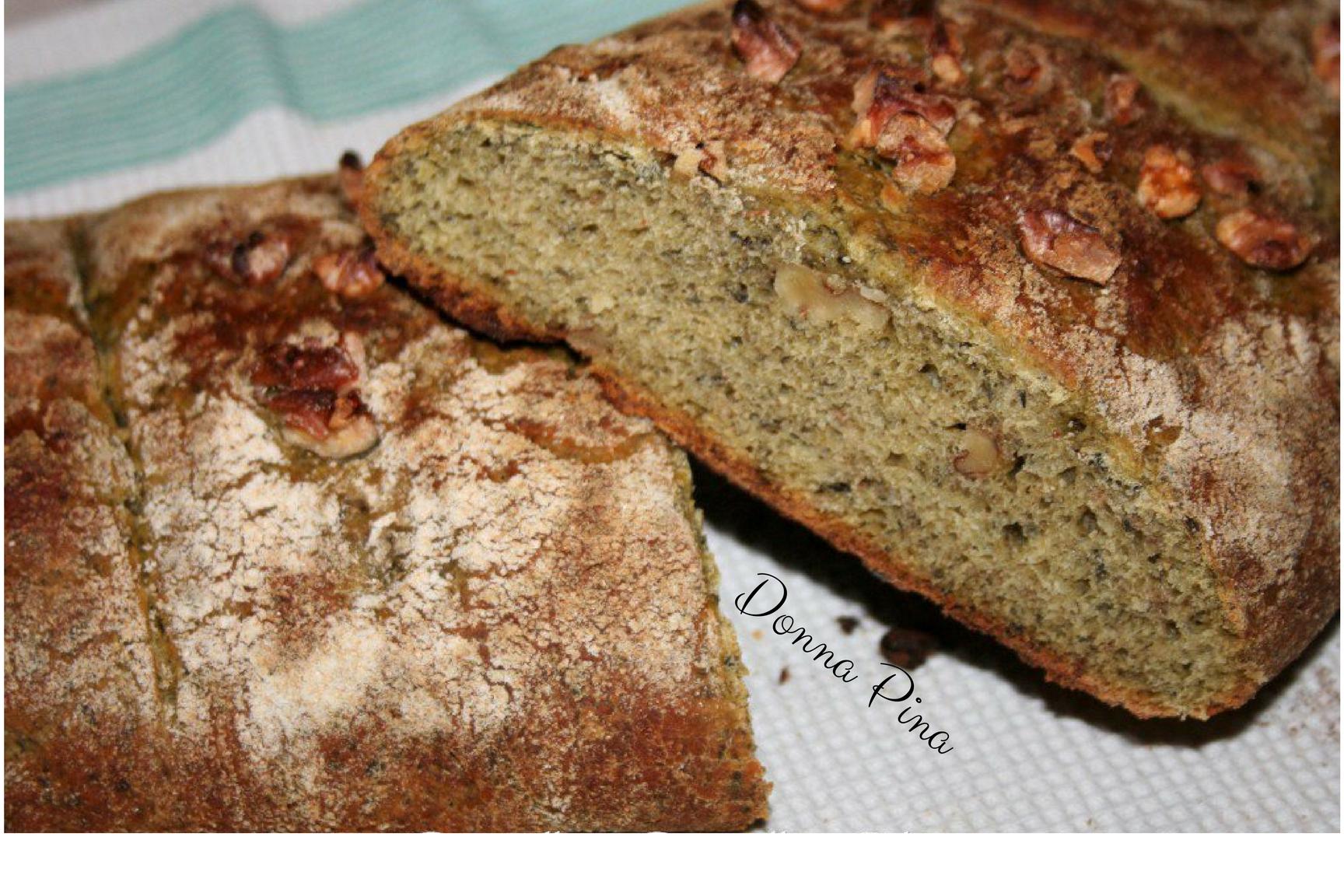 Filone di pane con verdure, frutta secca e spezie