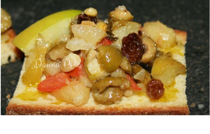 Caponata di mele su crostone di pane