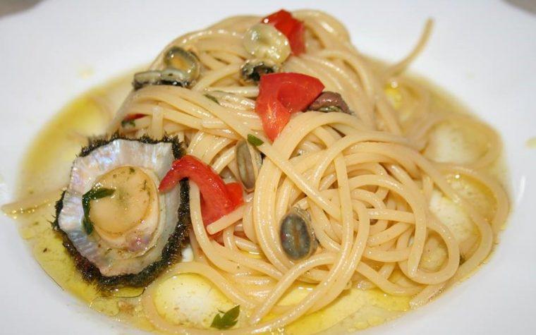 Spaghetti con patelle in sugo di pomodorini all'aglio