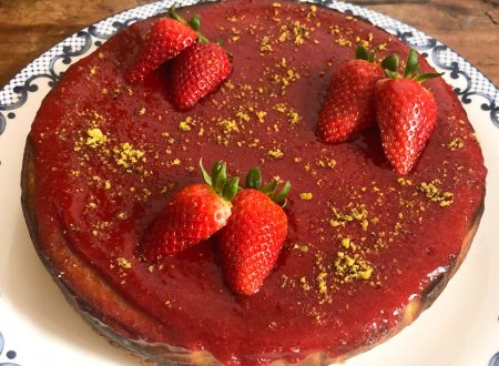 Cheesecake con fragole e pistacchi cotta al forno