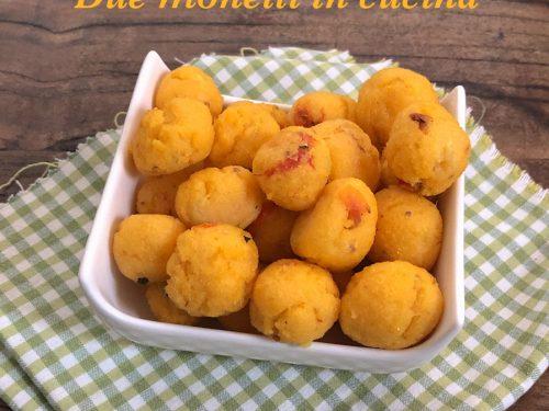 Polpette di polenta al forno con zucchine e pomodorini