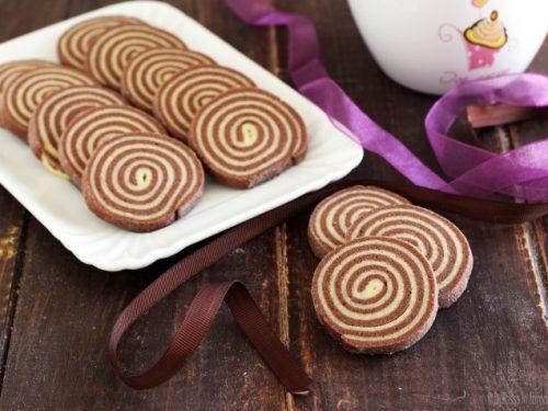 Biscottini bianchi e neri a spirale o biscotti girella