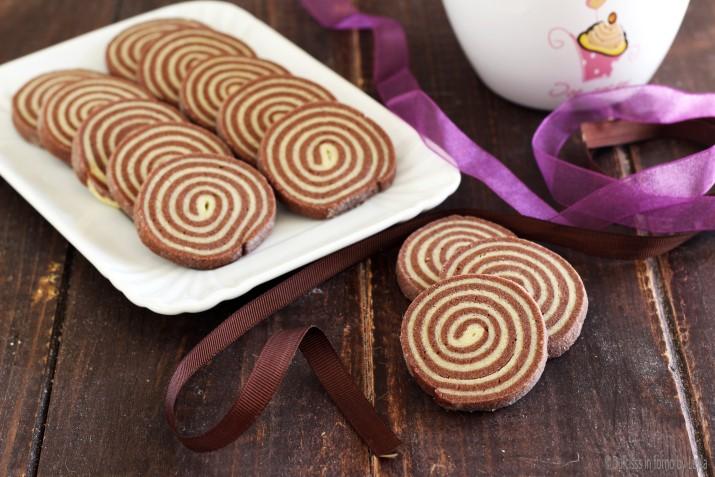 Biscotti bianchi e neri a spirale o biscotti girella - Piatti bianchi e neri ...
